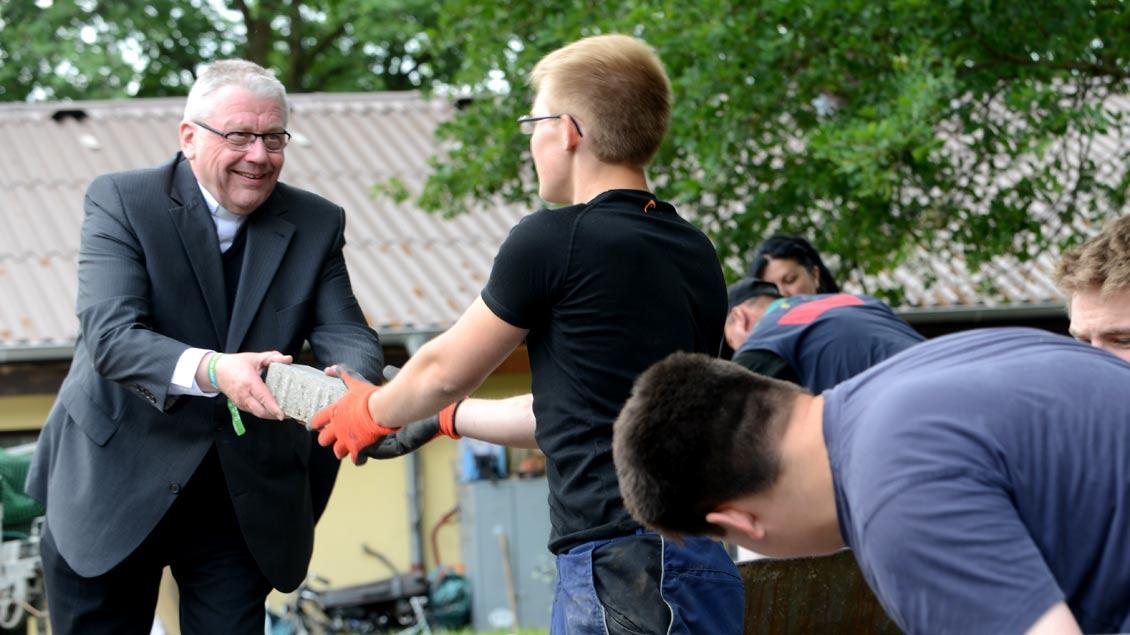Einer, der anpackt: Weihbischof Dieter Geerlings bei der 72-Stunden-Aktion des BDKJ 2013 an einem Asylbewerber-Heim in Haltern.