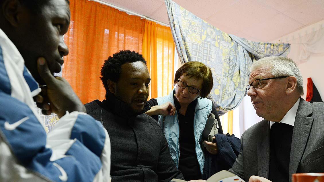 Weihbischof Dieter Geerlings in einer Flüchtlingseinrichtung in Waltrop. Foto: Michael Bönte