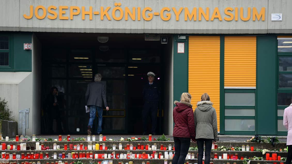 Auf den Stufen vor dem Haupteingang des Gymnasiums haben die Schüler Blumen gelegt und Kerzen entzündet. Foto: Michael Bönte