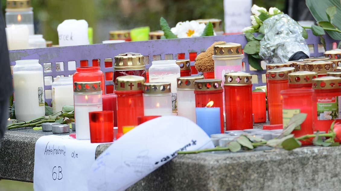 Kerzen auf dem Schulhof des Joseph-König-Gymnasiums in Haltern: Stille Gedenken der Mitschüler. Foto: Michael Bönte