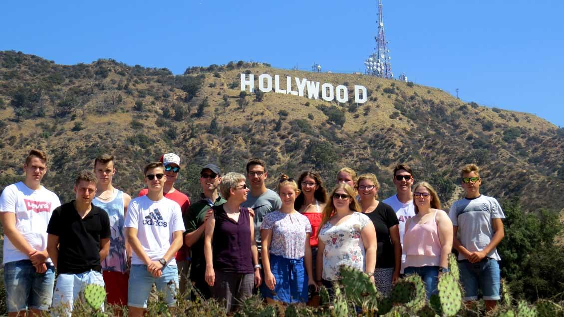 "Die Gruppe der Xantener Messdiener vor den berühmten ""Hollywood""-Buchstaben in Los Angeles."