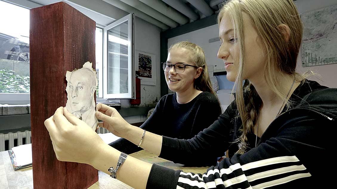 Schülerinnen der Marienschule in Xanten erstellen eine Stele über den einstigen jüdischen Mitbürger Sally Bruckmann.