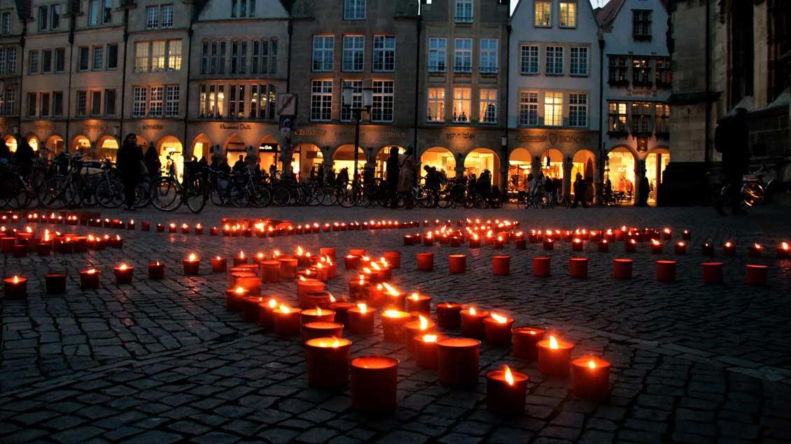 """Brennende Kerzen wie hier in Münster erinnern bei der Aktion """"1 Million Sterne"""" an das Schicksal von Kindern, die von Syrien in den Libanon geflüchtet sind."""