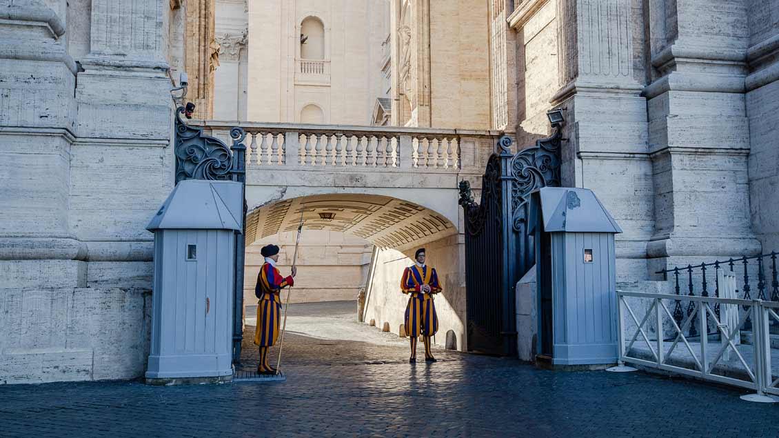 Schweizer Gardisten bewachen den Eingang zum Vatikangelände direkt neben dem Petersdom.