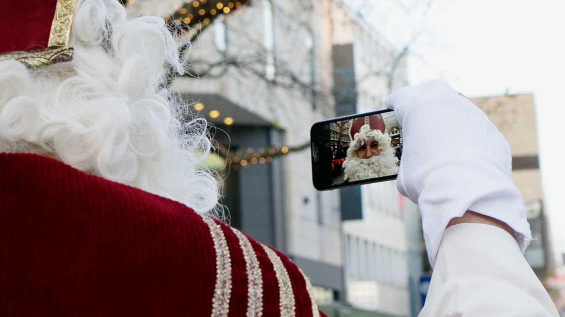 Nikolaus mit Smartphone.