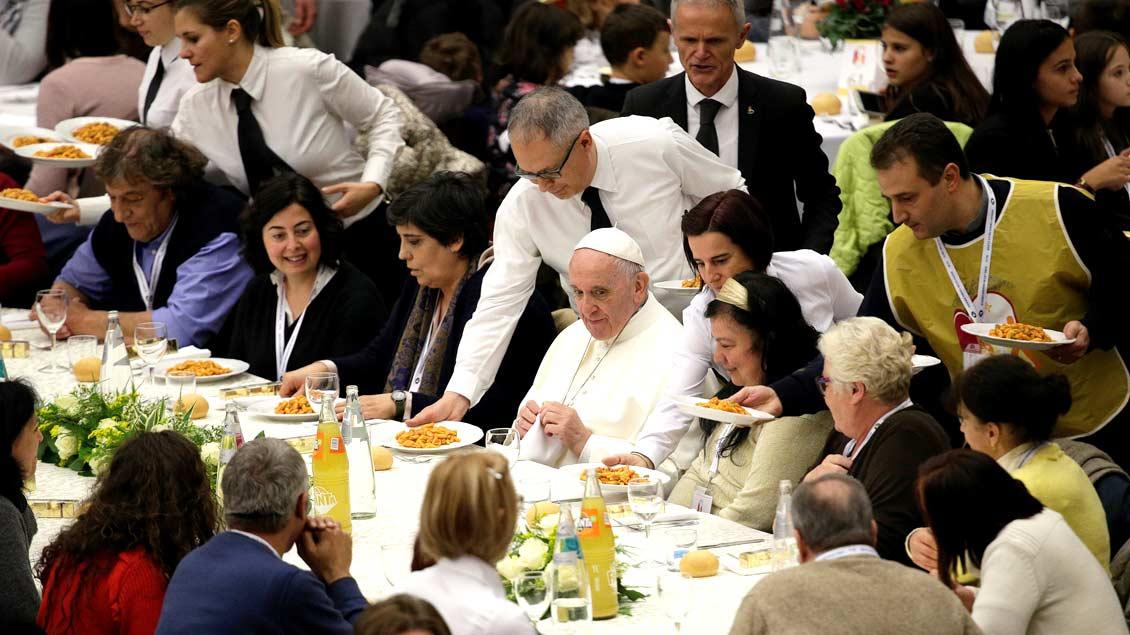 Papst Franziskus beim Mittagessen mit 1.500 bedürftigen Menschen in der Audienzhalle des Vatikans.