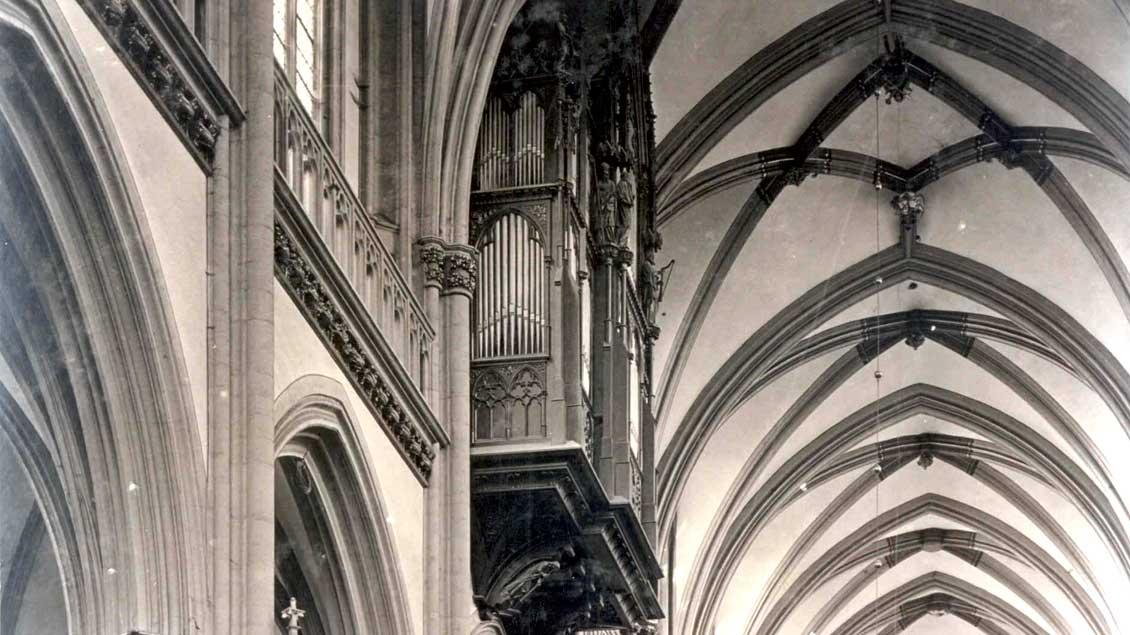Die erste Schwalbennest-Orgel im Xantener Dom wurde bereits 1530 erwähnt. Dieser Orgelprospekt stammt von 1870.