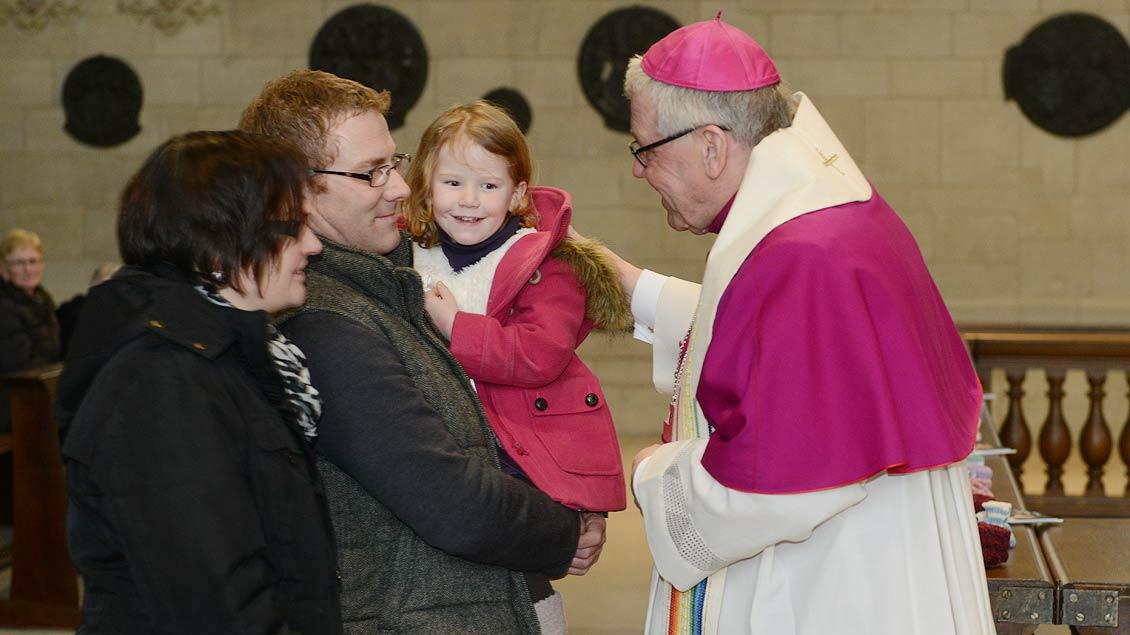 Segen für eine junge Familie: Weihbischof Dieter Geerlings 2013 im St.-Paulus-Dom. | Foto: Michael Bönte