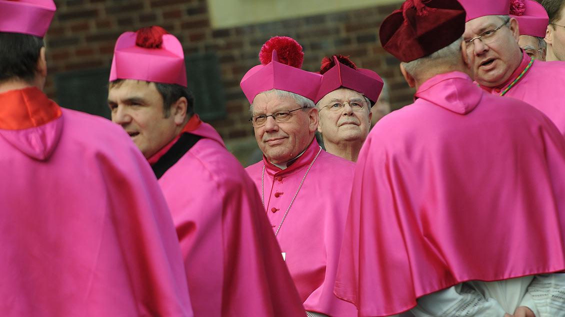 Einer unter vielen Bischöfen: Weihbischof Dieter Geerlings vor der Bischofsweihe von Stefan Zekorn 2011. | Foto: Michael Bönte