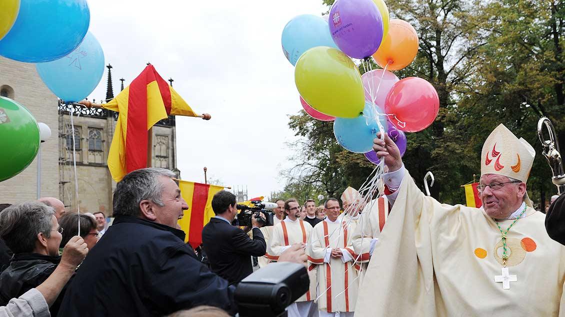 Freudiger Empfang auf dem Domplatz: Weihbischof Dieter Geerlings nach seiner Bischofsweihe 2010. | Foto: Michael Bönte