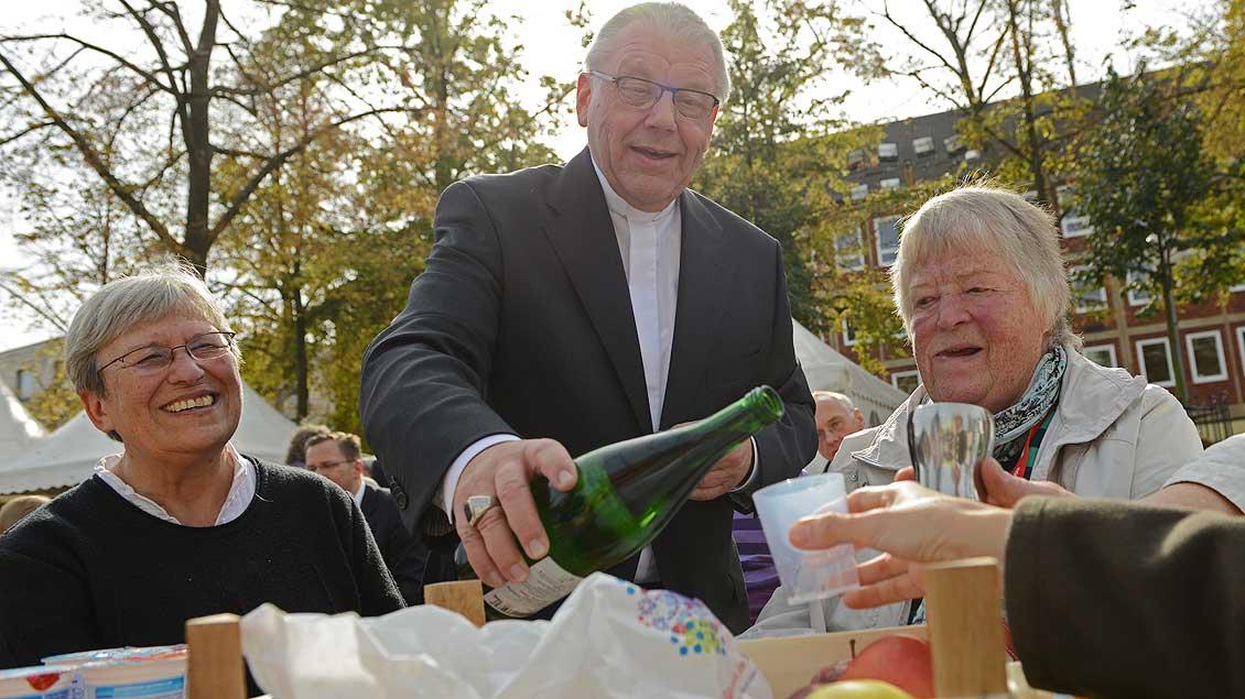 Anstoßen auf 750 Jahre St.-Paulus-Dom: Weihbischof Dieter Geerlings bewirtet die Gäste auf dem Domplatz 2014. | Foto: Michael Bönte