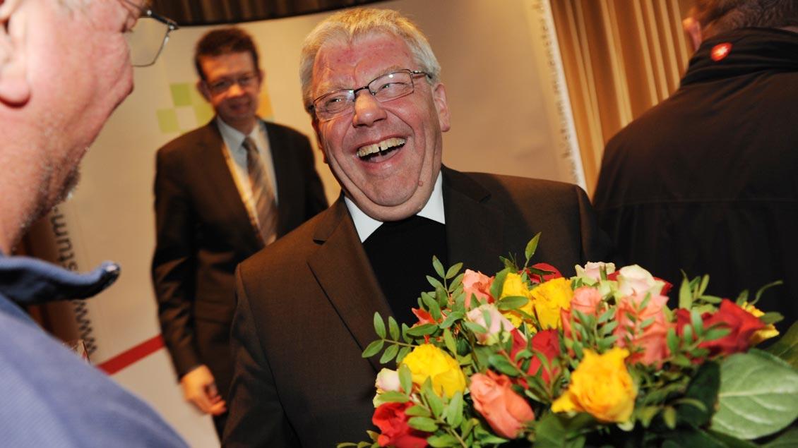 Blumen für den neuen Weihbischof: Gratulanten nach der Bekanntgabe der Ernennung 2010. | Foto: Michael Bönte