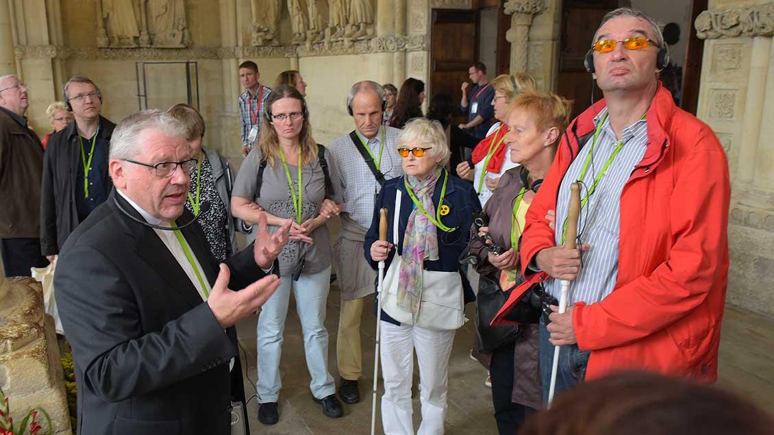 Führung durch den St.-Paulus-Dom in Münster: Weihbischof Dieter Geerlings mit Menschen mit Sehbehinderungen. | Foto: Michael Bönte