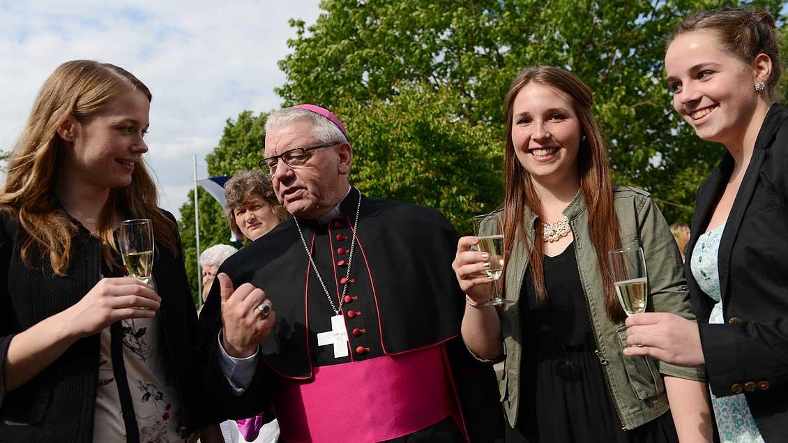 Erster Gratulant nach der Firmung: Weihbischof Dieter Geerlings vor der Anna-Katharina-Kirche in Coesfeld 2014. | Foto: Michael Bönte