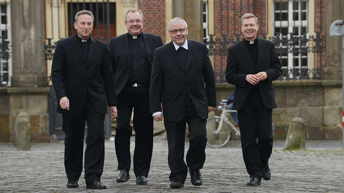 Zusammen mit den Weihbischöfen Wilfried Theising, Christoph Hegge und Stefan Zekorn (von links). | Foto: Michael Bönte