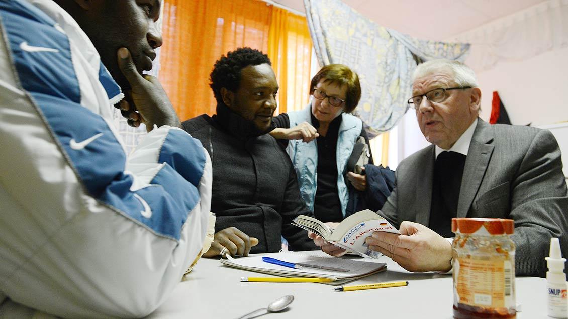 Weihbischof Geerlings beim Besuch einer Flüchtlingseinrichtung in Waltrop 2014. | Foto: Michael Bönte