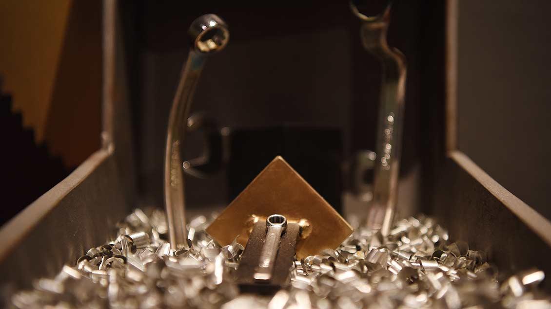 Schraubschlüssel-Familie auf Metallspänen. Warum nicht? Der Glanz des Festes spiegelt sich nicht nur im Gold, sondern auch in minderwertigem Material.   Foto: Michael Bönte