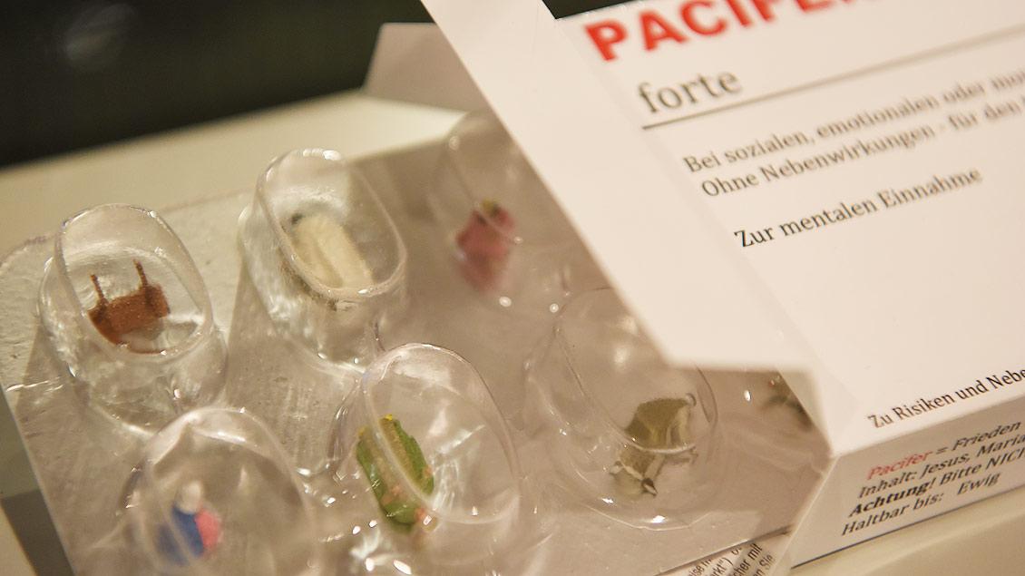 """Krippe in Kapselform: In jeder Pille eine Figur. """"Pacifer forte"""" (so viel wie """"starker Friedensstifter"""") soll emotional, sozial und mental heilen. Nebenwirkungen sind nicht bekannt. Warum nicht? Wenn´s hilft.   Foto: Michael Bönte"""