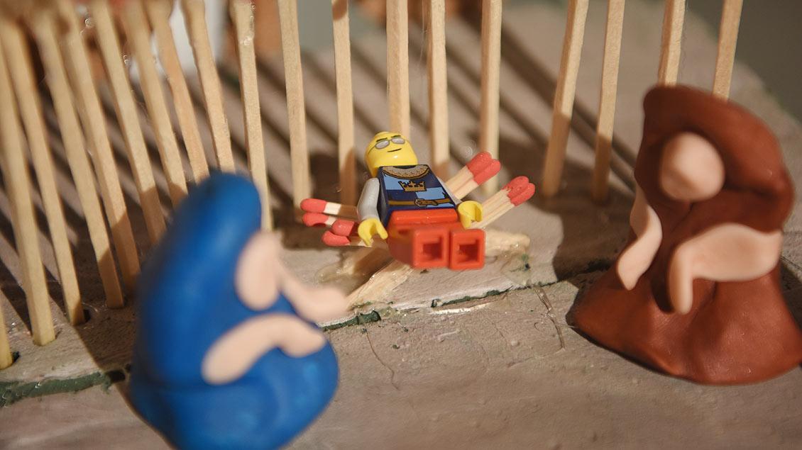Legomännchen in der Krippe. Warum nicht? Kinder begreifen die Welt seit jeher spielerisch.   Foto: Michael Bönte