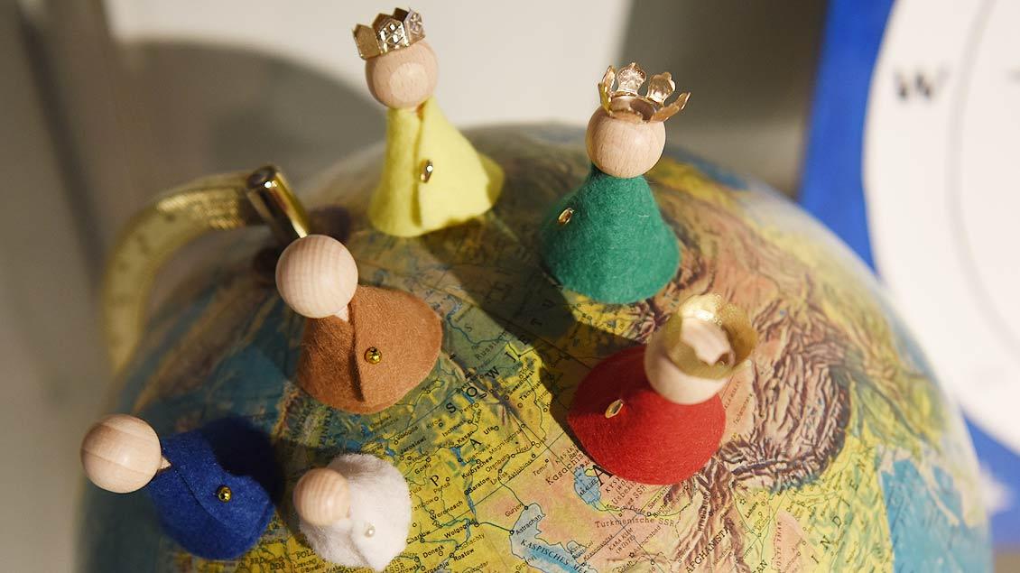 Riesen auf der Erdkugel. Warum nicht? Die Weihnachtsgeschichte ist ein globales Ereignis.   Foto: Michael Bönte