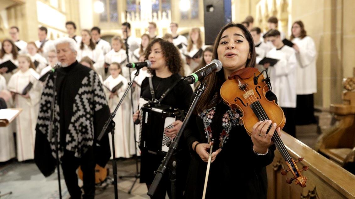 Gemeinsam mit auch musikalischen Gästen aus Lateinamerika ist die Adveniat-Kampagne im Paderborner Dom eröffnet worden.