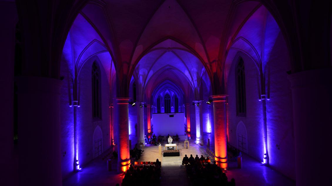 """Musik, Lichteffekte, Filmausschnitte prägen neben Gebetem und Musik die Liturgische Revue der Jugendkirche """"effata""""."""