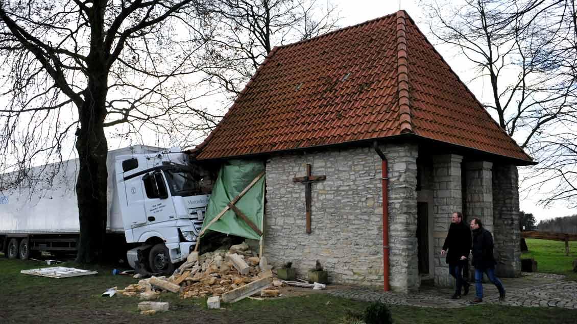 Wohl durch eine Sturmböe ausgelöst raste dieser Lkw in die Antoniuskirche bei Horstmar.