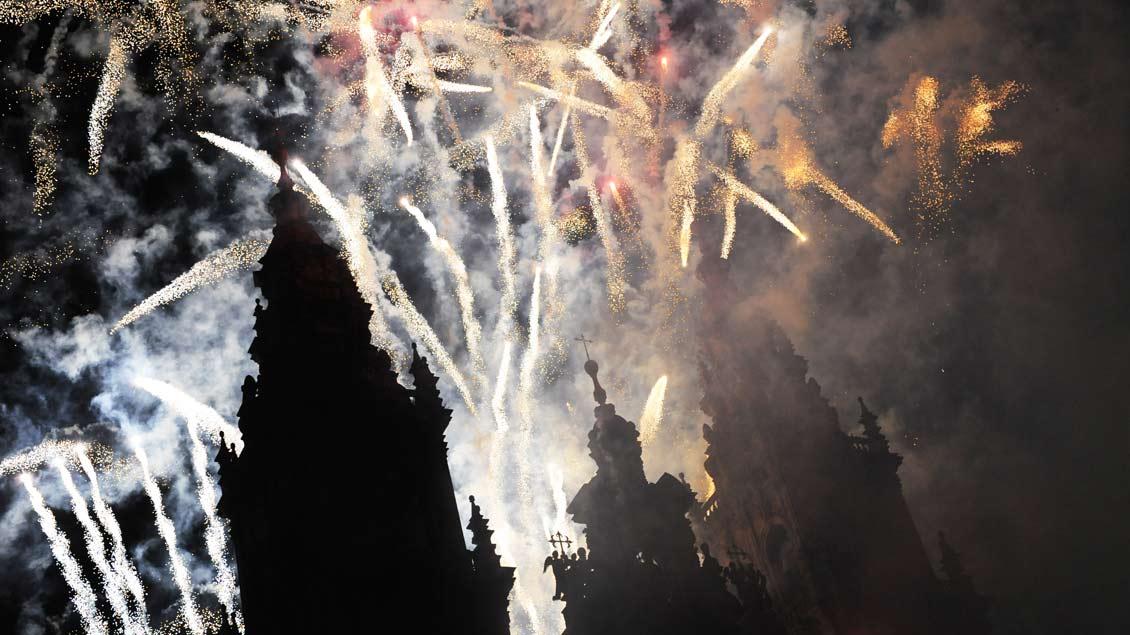 Feuerwerk über einer Kirche