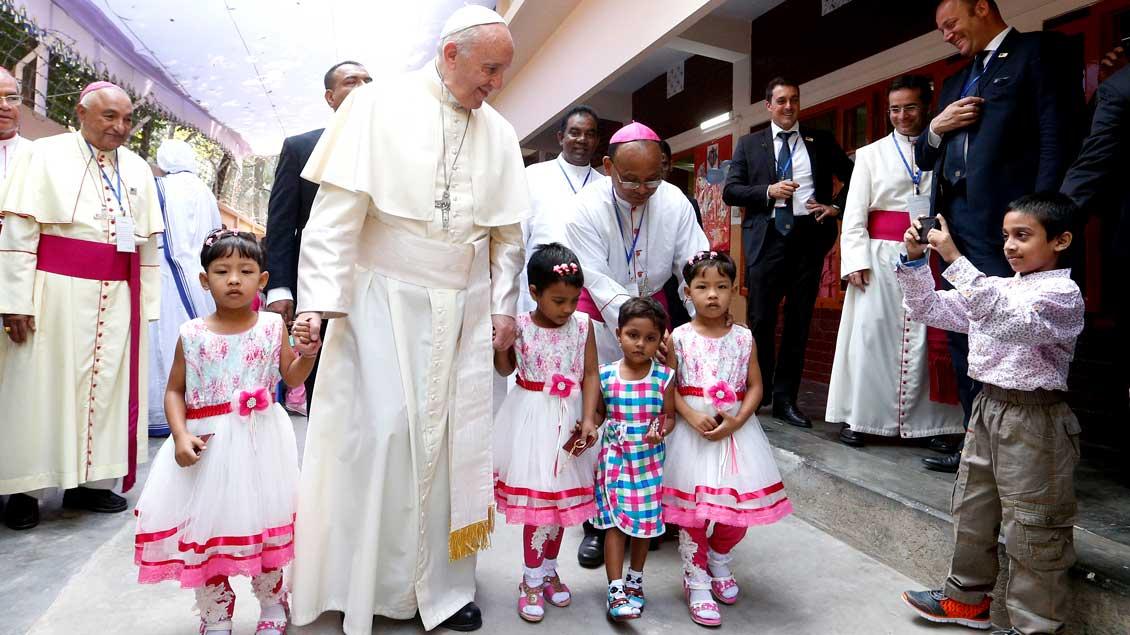 Am letzten Tag seiner Asienreise besuchte Papst Franziskus auch das Mutter-Teresa-Haus mit Kindern in Dhaka (Bangladesch).