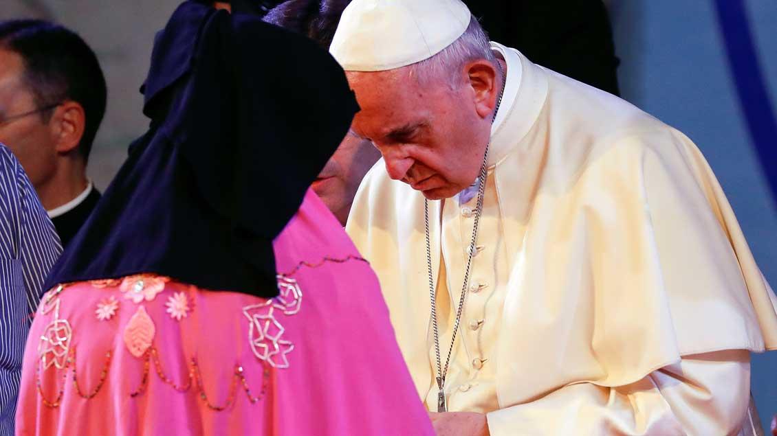 Papst mit Rohingya.