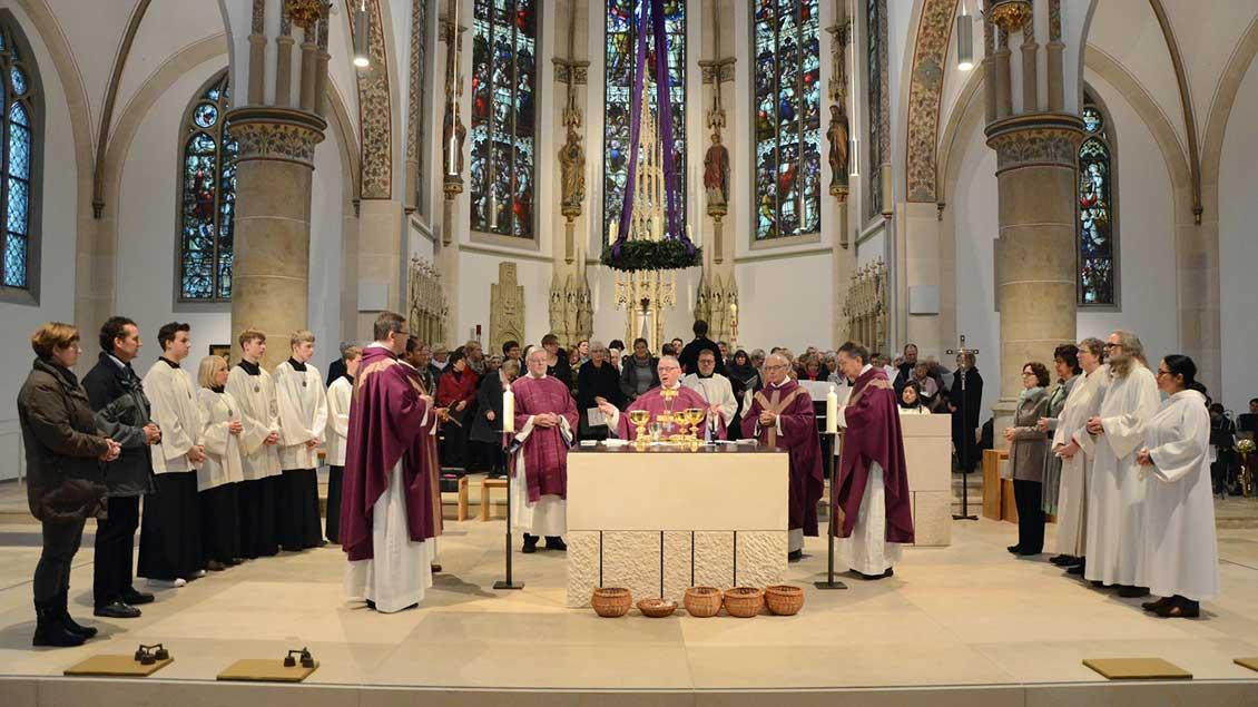 Feierlicher Gottesdienst am ersten Advent in der renovierten St.-Laurentius-Kirche in Senden: Mit Weihbischof Dieter Geerlings (Mitte) feierten hunderte Gläubige, darunter auch Mitglieder der evangelischen Gemeinde.