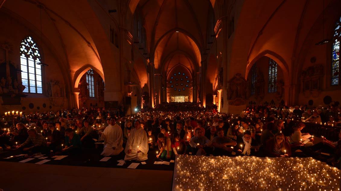Viele Kerzen, meditative Gesänge, Stille und Gebet: Das macht die Gottesdienste der ökumenischen Gemeinschaft von Taizé so beliebt - wie hier bei einem Taizégebet während des Domjubiläums 2014 in Münster.