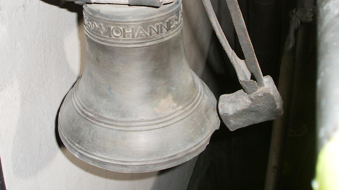 Im Turm der Kirche ist ein kleines Glöckchen an einem Holzjoch angebracht und schlägt die volle Stunde an.