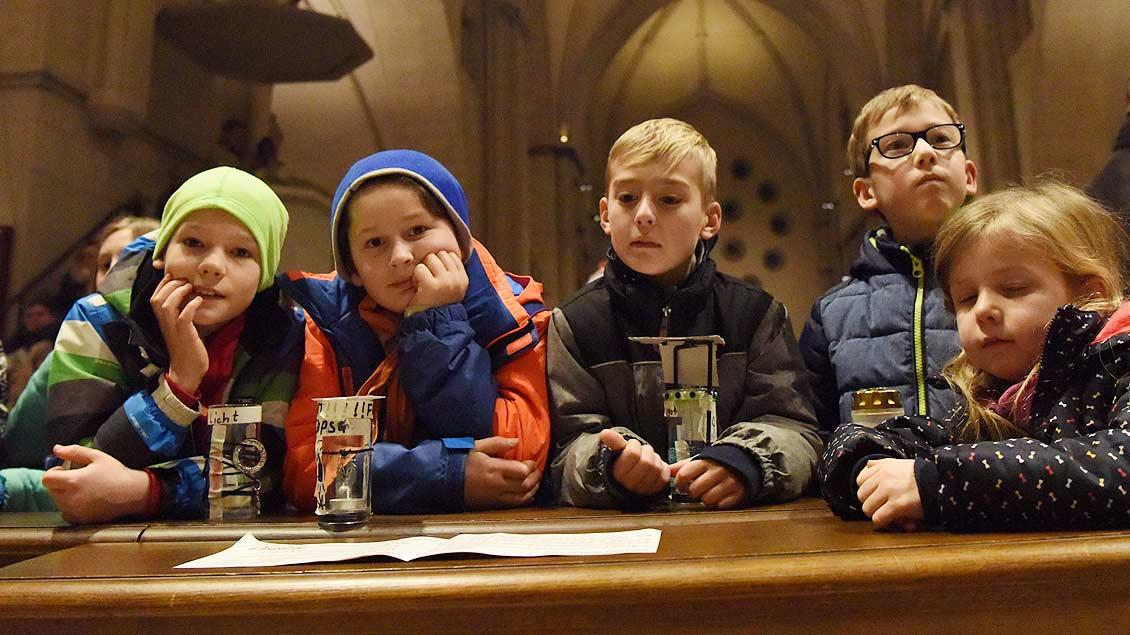 Warten auf das Friedenslicht im St.-Paulus-Dom in Münster. | Foto: Michael Bönte