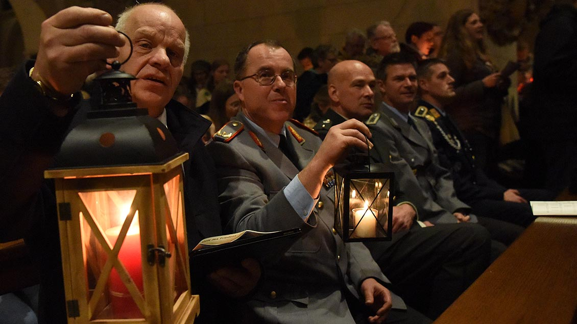 Auch Soldaten waren in den St.-Paulus-Dom gekommen, um sich das Friedenslicht abzuholen. | Foto: Michael Bönte