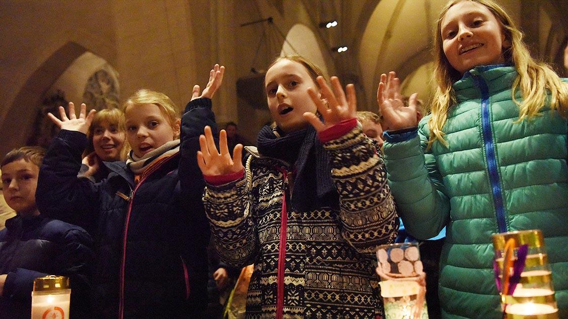 """""""Flinke Hände..."""" - das Pfadfinderliede durfte natürlich nicht fehlen. Foto: Michael Bönte"""
