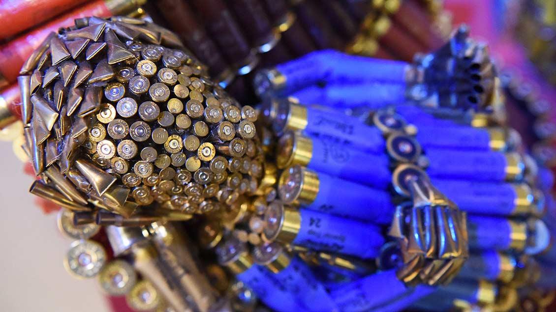 """""""10.000 Schuss"""" lautet die Krippe von Leonie Große aus Everswinkel. Für ihre Darstellung des Weihnachtsgeschehens mit Patronenhülsen erhält sie den Publikumspreis."""