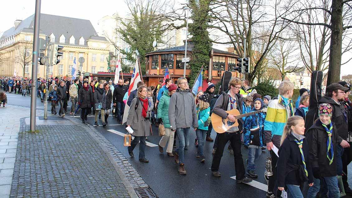 Die Pfadfinder in Oldenburg holten das Friedenslicht in einer Prozession vom Hauptbahnhof ab. | Foto: Sam Schaffhausen