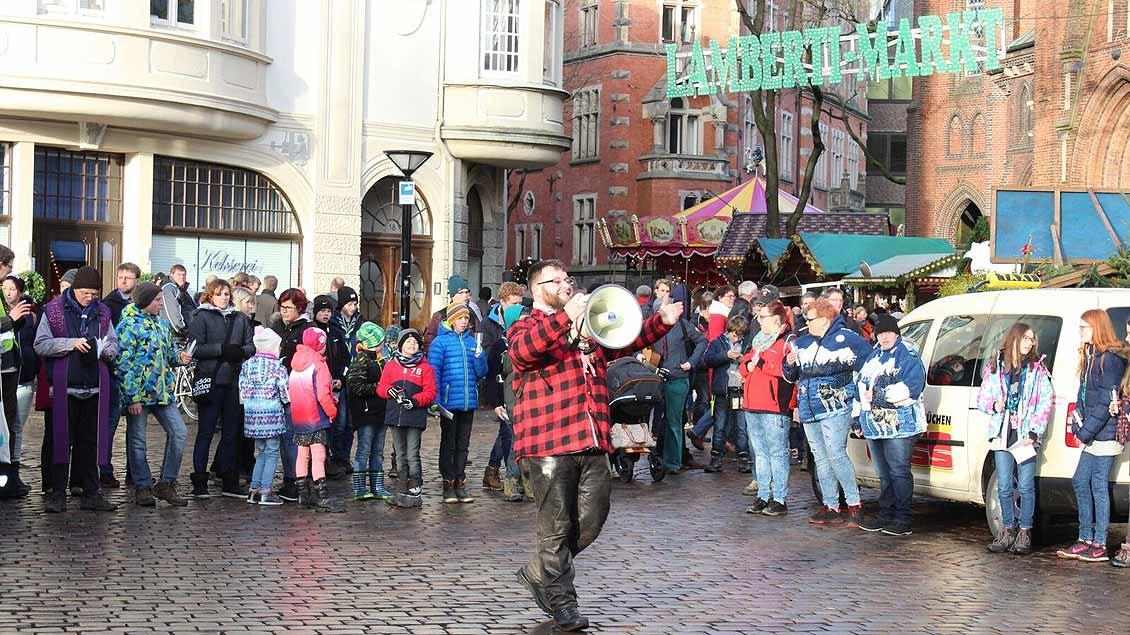 Laute und stimmungsvolle Begrüßung des Friedenslichst vor dem Weihnachtsmarkt in Oldenburg. | Foto: Sam Schaffhausen