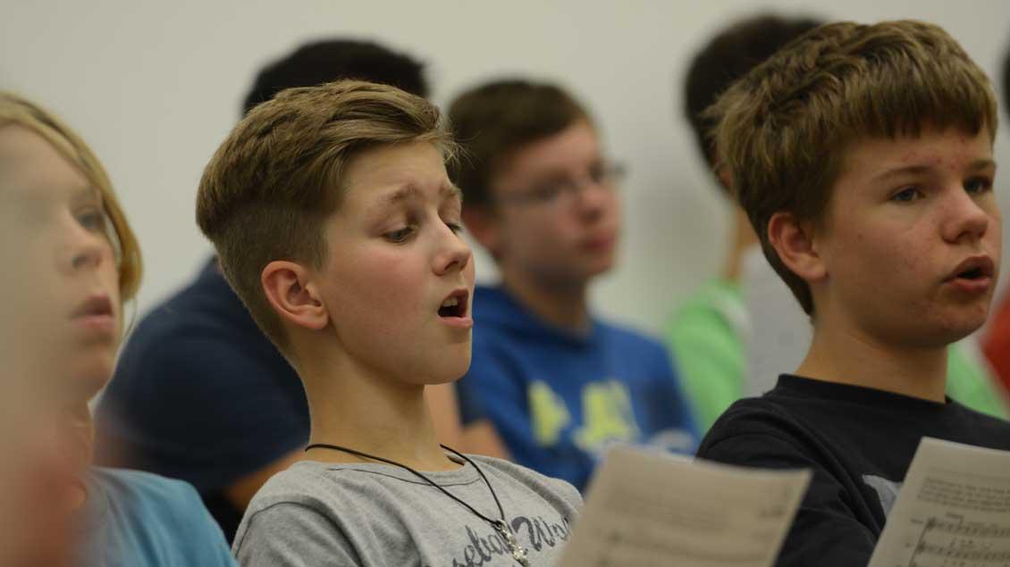 Wie sollen Schulen mit Weihnachtsfeiern umgehen? Hier ein Symbolbild singender Schüler.