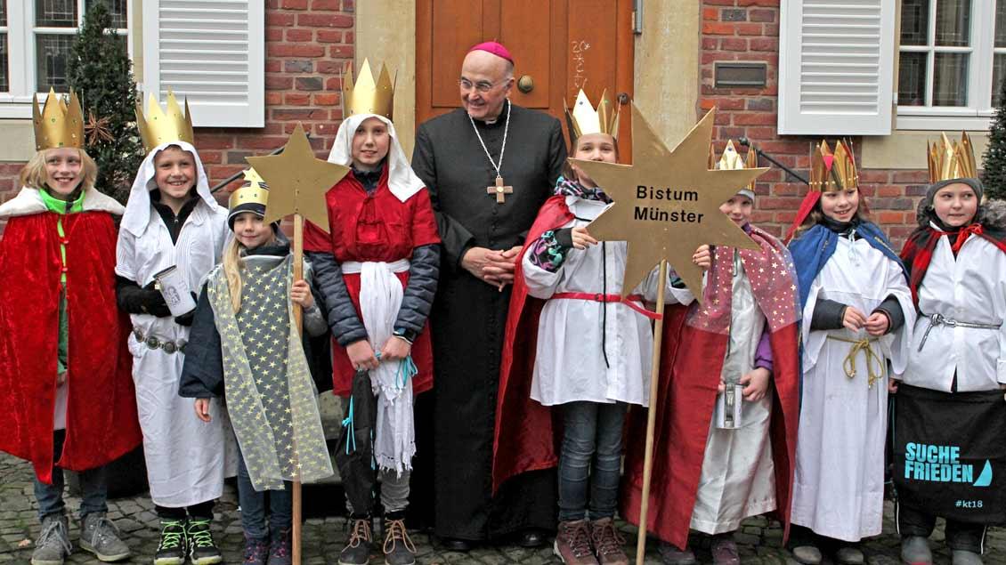 Acht Mädchen und Jungen aus der Pfarrei Liebfrauen-Überwasser besuchten Bischof Felix Genn im Bischofshaus.