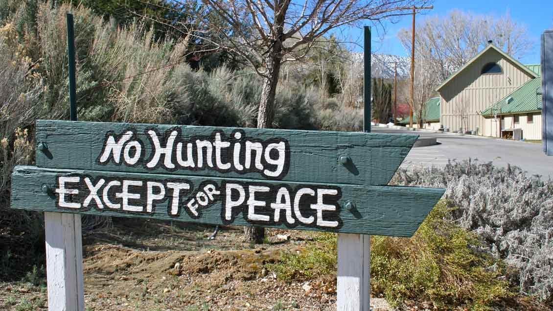 """""""No Hunting except for Peace"""" - """"Jagen verboten - außer nach Frieden."""" Schild am Eingang der Benediktinerabtei St. Andrew's in Valyermo / Kalifornien (USA)."""