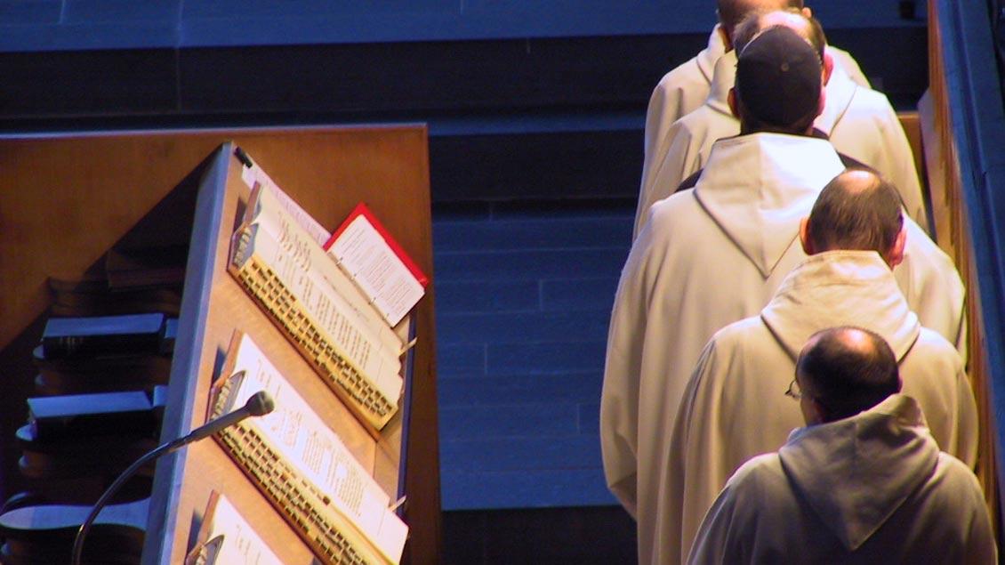 Häufige, teils in der Nacht beginnende Gottesdienste gehören zum Alltag der Trappistenmönche.
