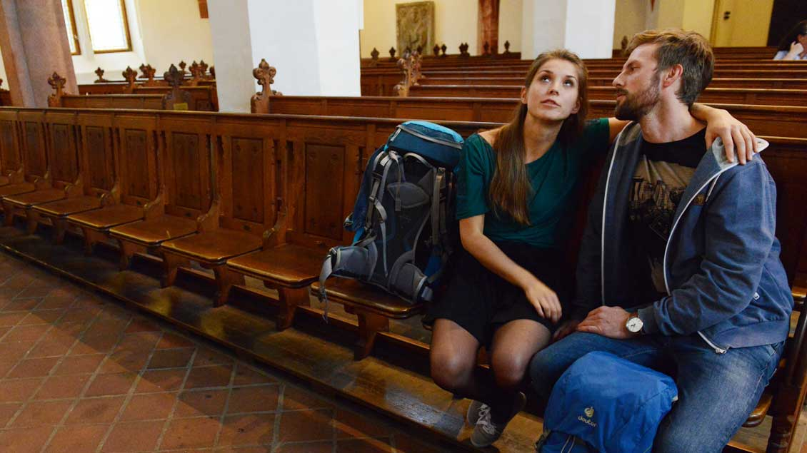 Gott und die Liebe: Ein junges Paar in der Leipziger Thomaskirche. Foto: Michael Bönte