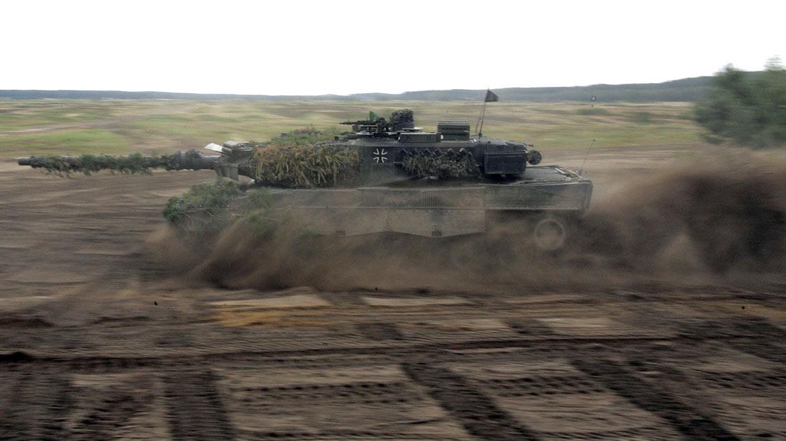 """Der Einsatz deutscher Leopard-II-Panzer (hier während einer Präsentation in Deutschland) gegen die Kurden in Nordsyrien zeige die Widersprüchlichkeit westlicher Politik im Nahen Osten, sagt """"Pax Christi""""."""