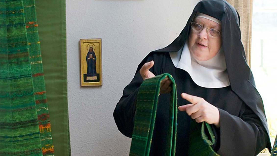 Schwester Maria Regina ist die Verantwortliche für die Herstellung liturgischer Gewänder.