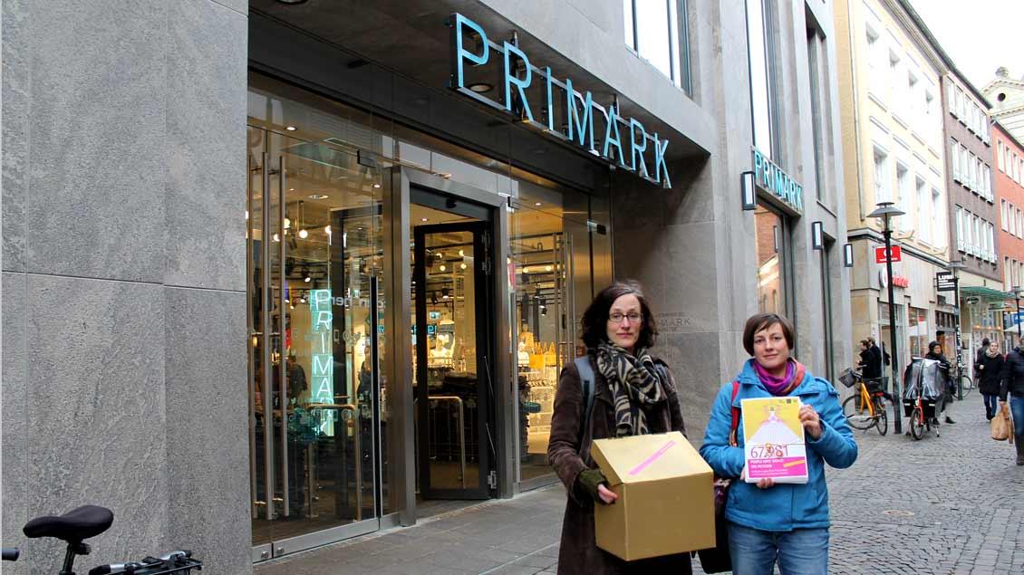 68.000 weltweit gesammelte Unterschriften haben Isabell Ullrich (rechts) von der Christlichen Initiative Romero und Maike Grabowski vom Bildungsverein Vamos an den Textil-Discounter Primark in Münster übergeben.