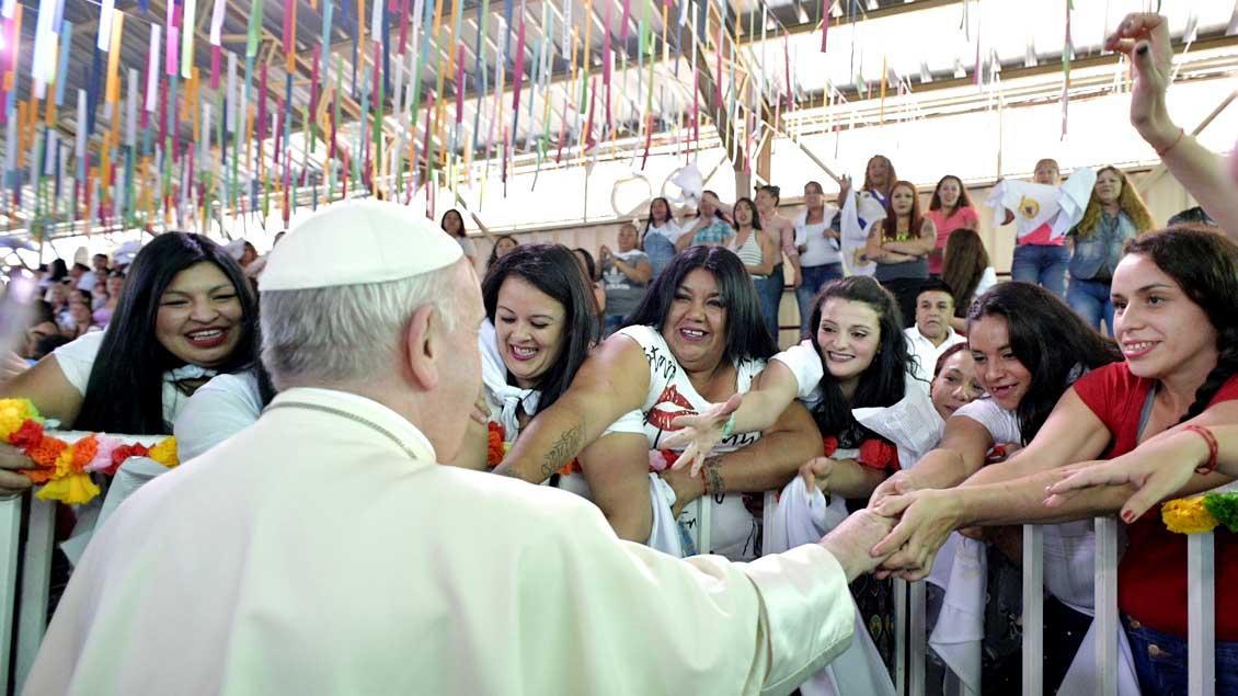 Papst Franziskus im Frauengefängnis von Santiago.