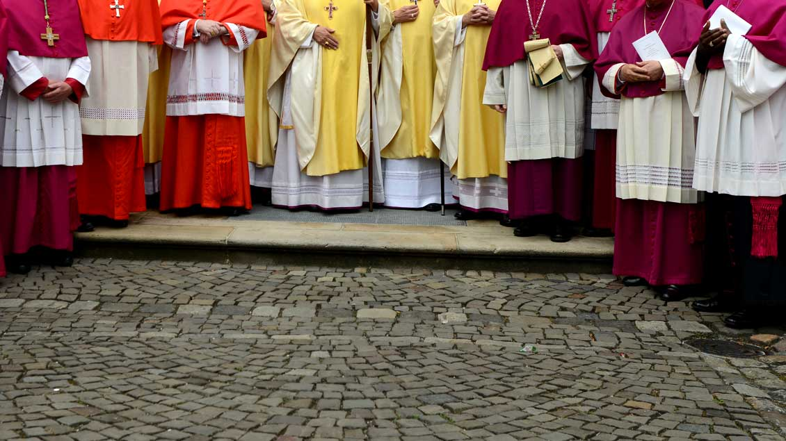 Von Violett über Rot und Weiß bis Schwarz: Den Titeln von Geistlichen in der Kirche entsprechen verschiedene Farben. Foto: Michael Bönte