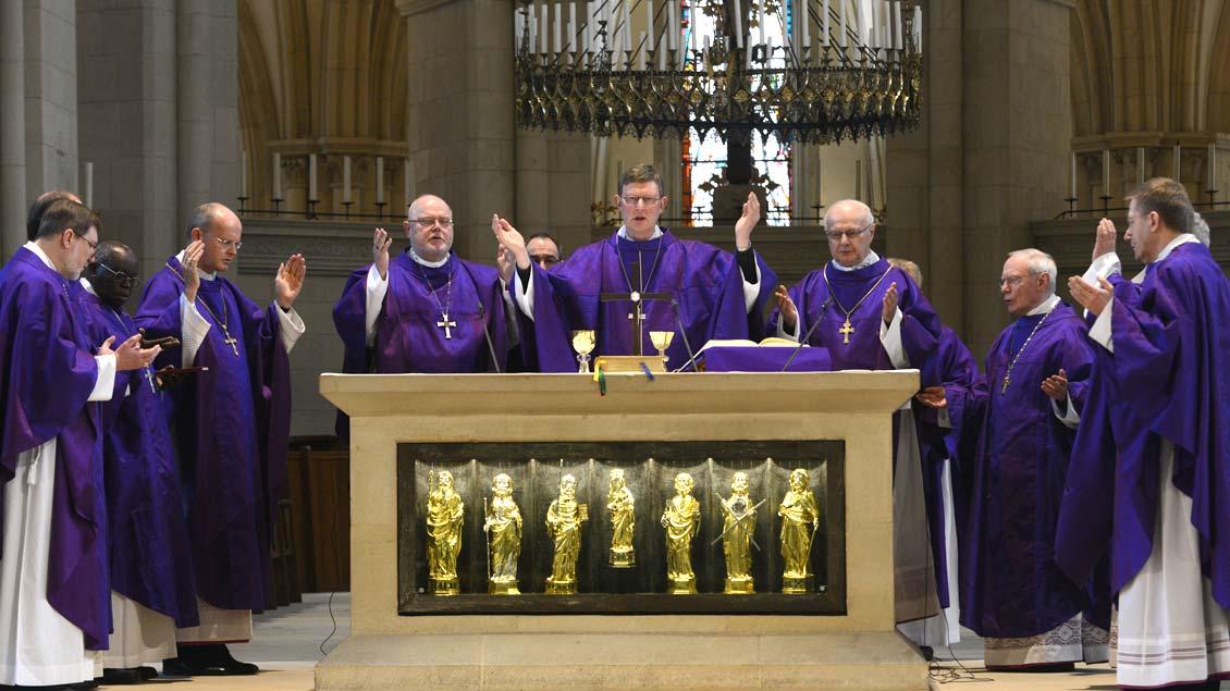 Vaterunser während einer Eucharistiefeier der Deutschen Bischofskonferenz in Münsters St.-Paulus-Dom.